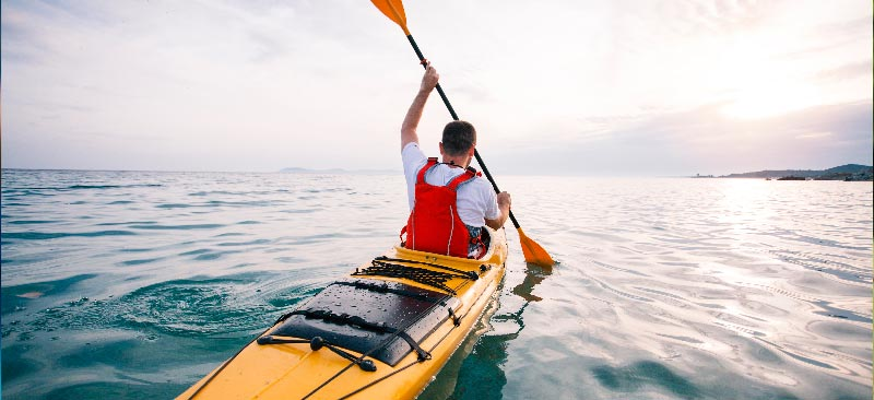 hombre haciendo kayac en las rias baixas