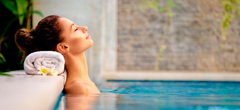 mujer relajandose en la piscina del balneario de vilanova de arousa