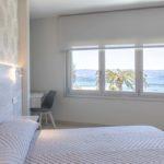 cama de matrimonio y ventana de habitacion superior del hotel leal en pontevedra