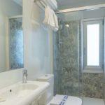 lavabo ducha y retrete de habitacion superior del hotel leal en pontevedra