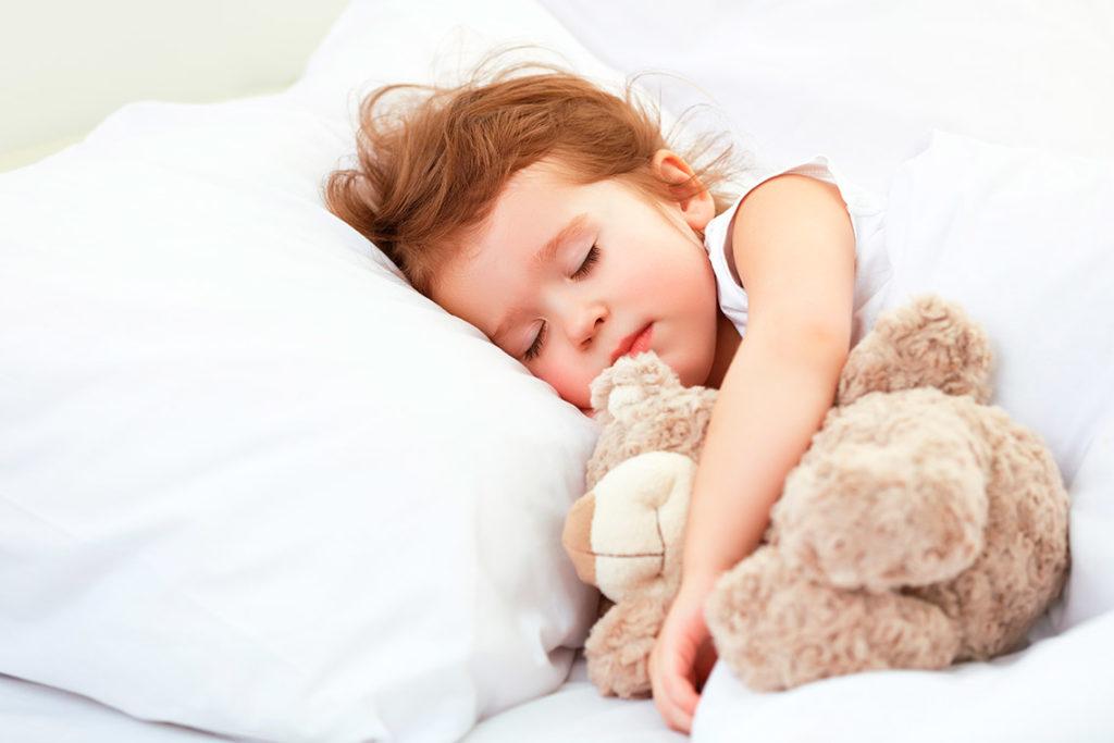 niña durmiendo en una habitacion del hotel leal la sirena